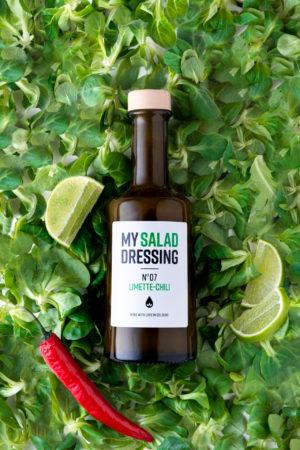 My Salad Dressing No7 Limette Chili auf Salat Produktbild Hintergrund
