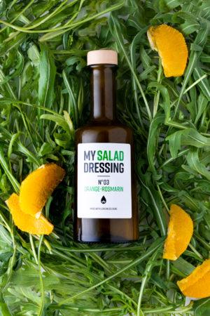 My Salad Dressing No3 Orange Rosmarin Produktbild Hintergrund Salat