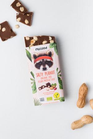 Proteinschokolade Salty Peanut Raccoon Schokolade geschlossen Salty Peanut Erdnüsse offen Vegan Protein Produktbild