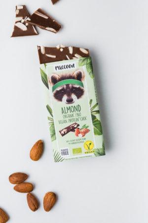 Raccoon Proteinschokolade Schokolade offen Almond Mandeln Vegan Protein Produktbild