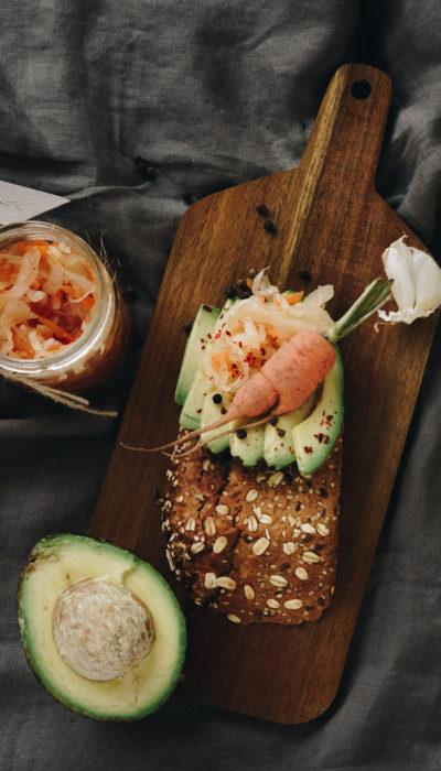 Brot mit Avocado und Curtido von Nu's Fermente