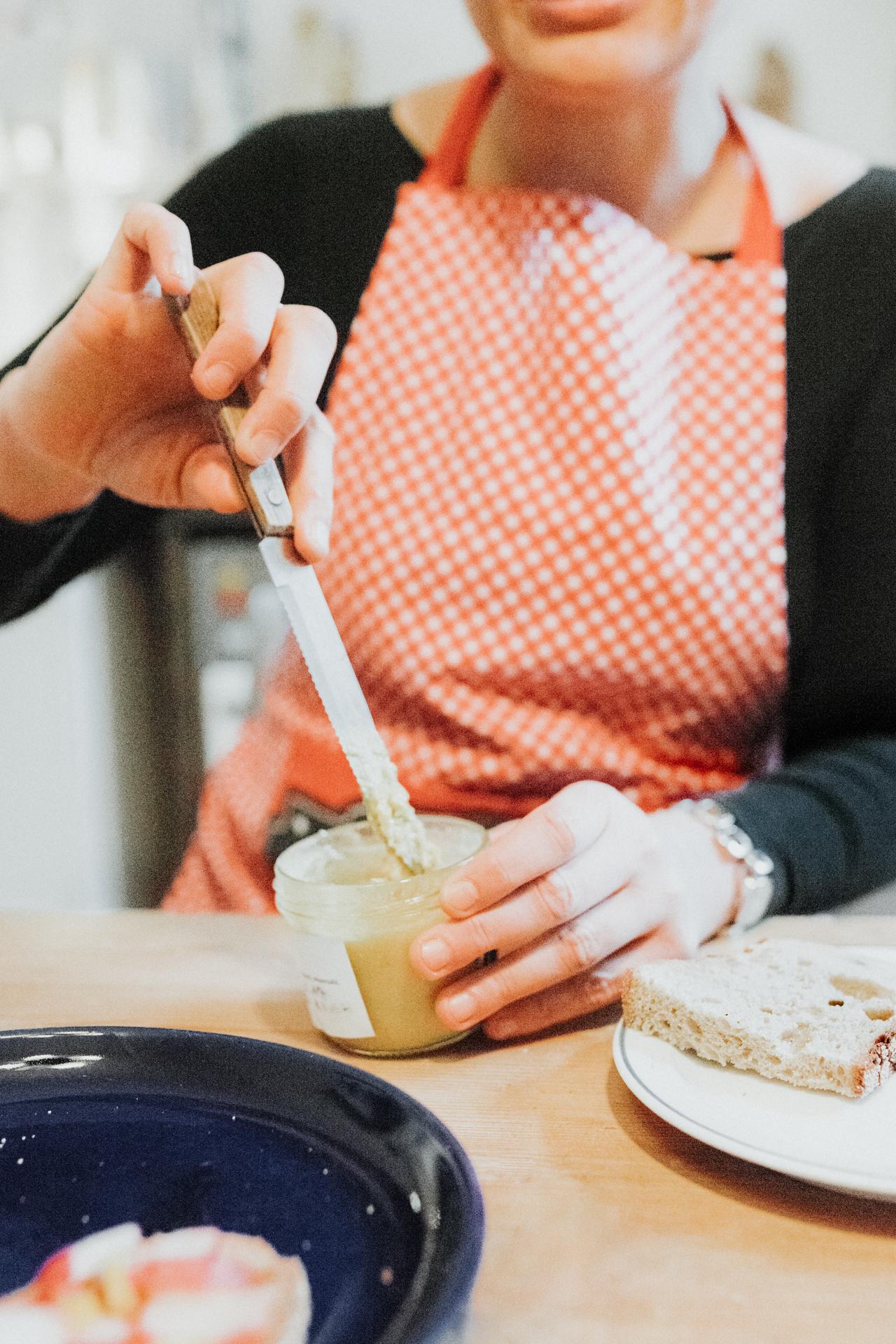 Mit einem Messer den Aufstrich entnehmen