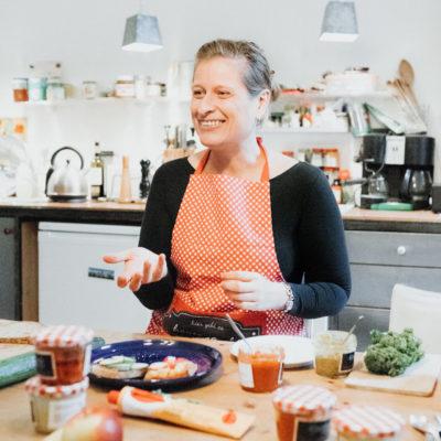 Eine Frau mit Schurze in einer Küche