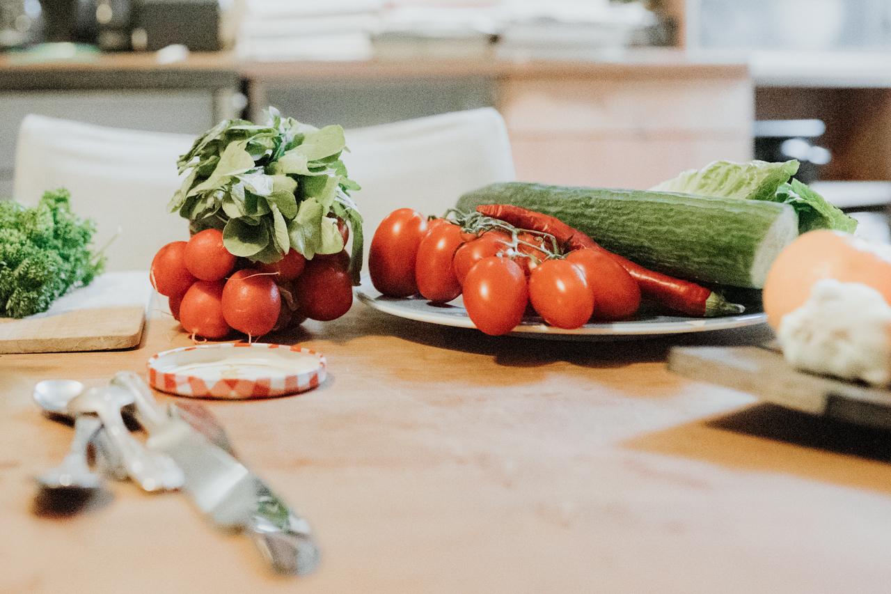 Radieschen, Tomate und Gurke auf einem Teller
