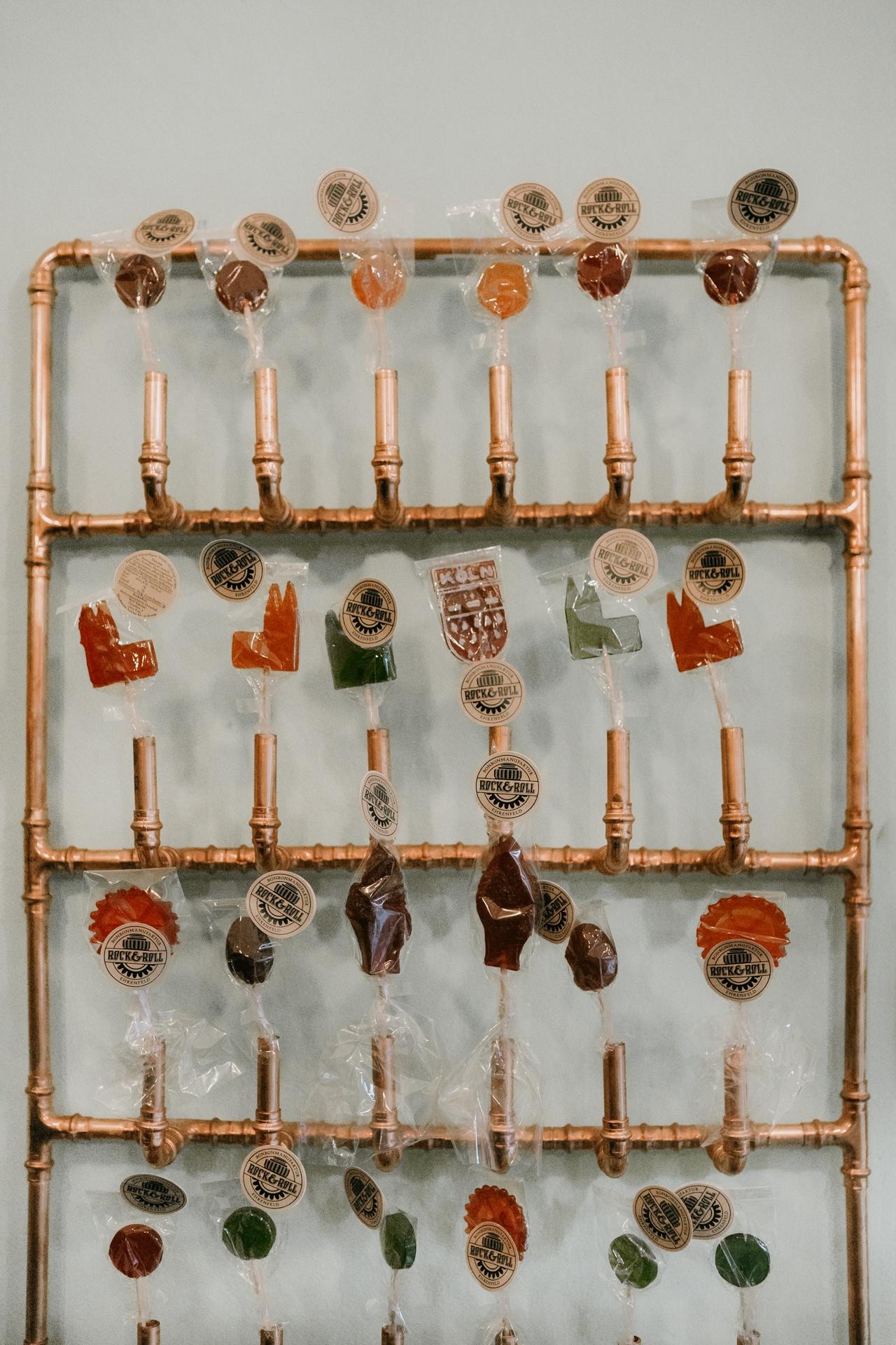 Wand mit bunten Lollies
