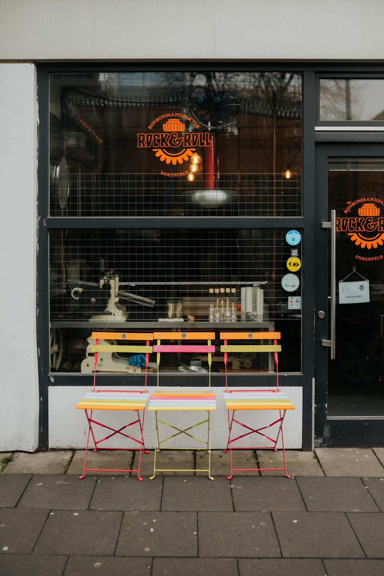 Ladenfront mit bunten Stühlen