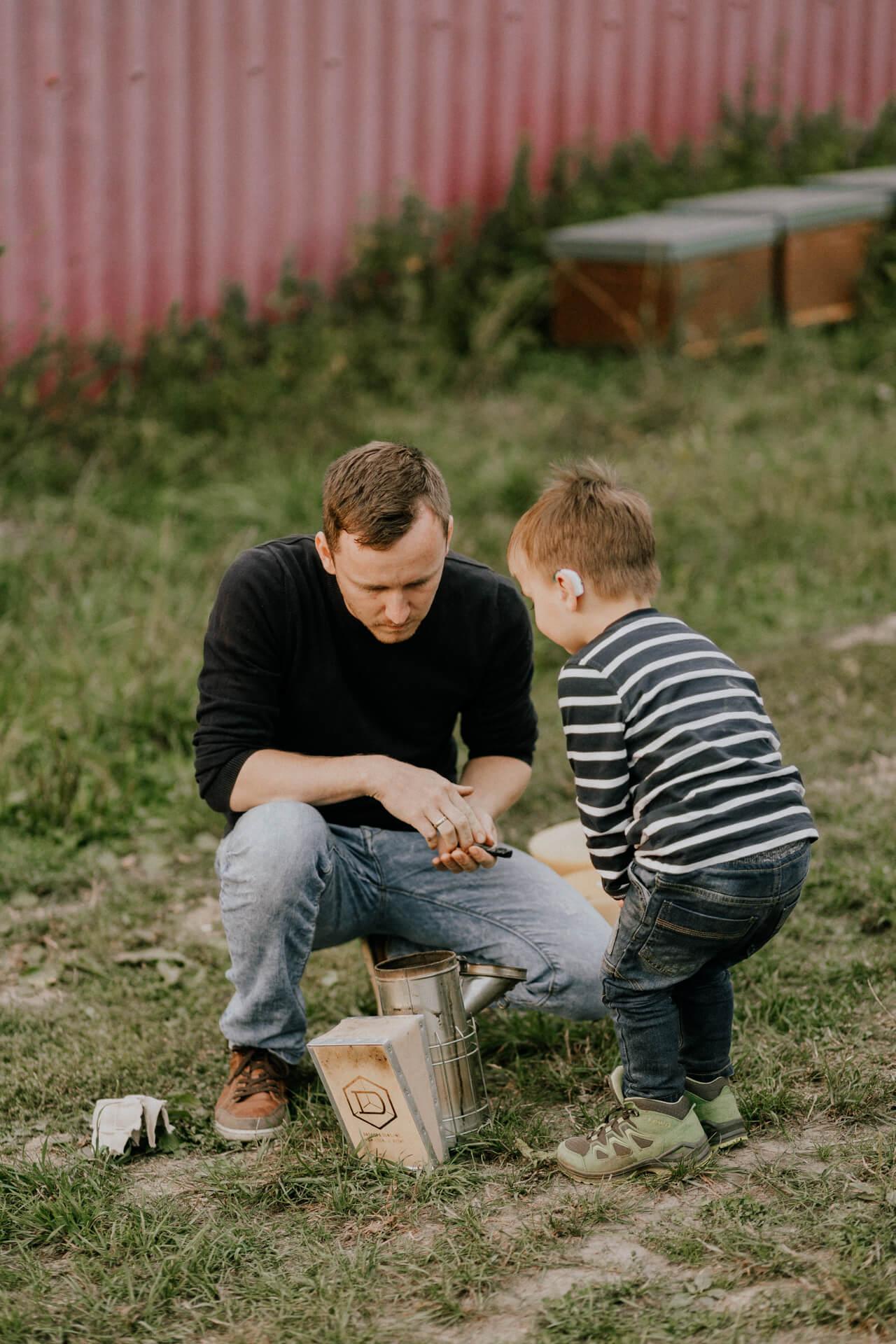 Man und Kind beim imkern