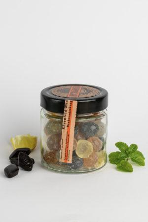 Ein Glas bunte Hartbonbons mit Minze, Lakritz und Zitrone