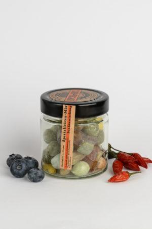 Bunte Hartbonbons im Glas mit Früchten