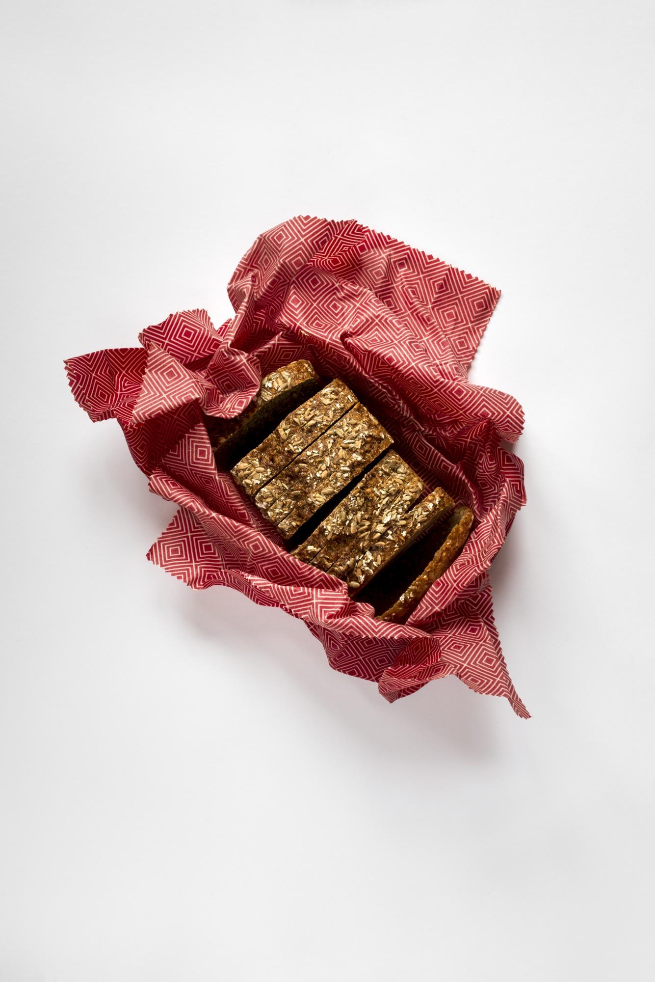 Brot im roten Bienenwachstuch verpackt