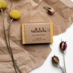 Gelbe Haarseife mit Sanddorn Duft auf Packpapier