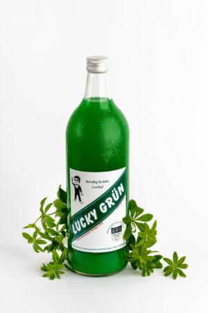 Eine große Flasche Wodka Waldmeisterlikör mit Waldmeisterpflanze