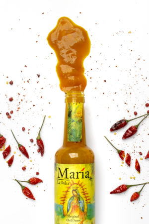 Geöffnete Flasche Chilisauce aus Escabeche und Lulo