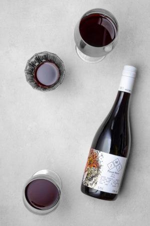 Pinot Noir - eine Flasche trockener Rotwein und Weingläser