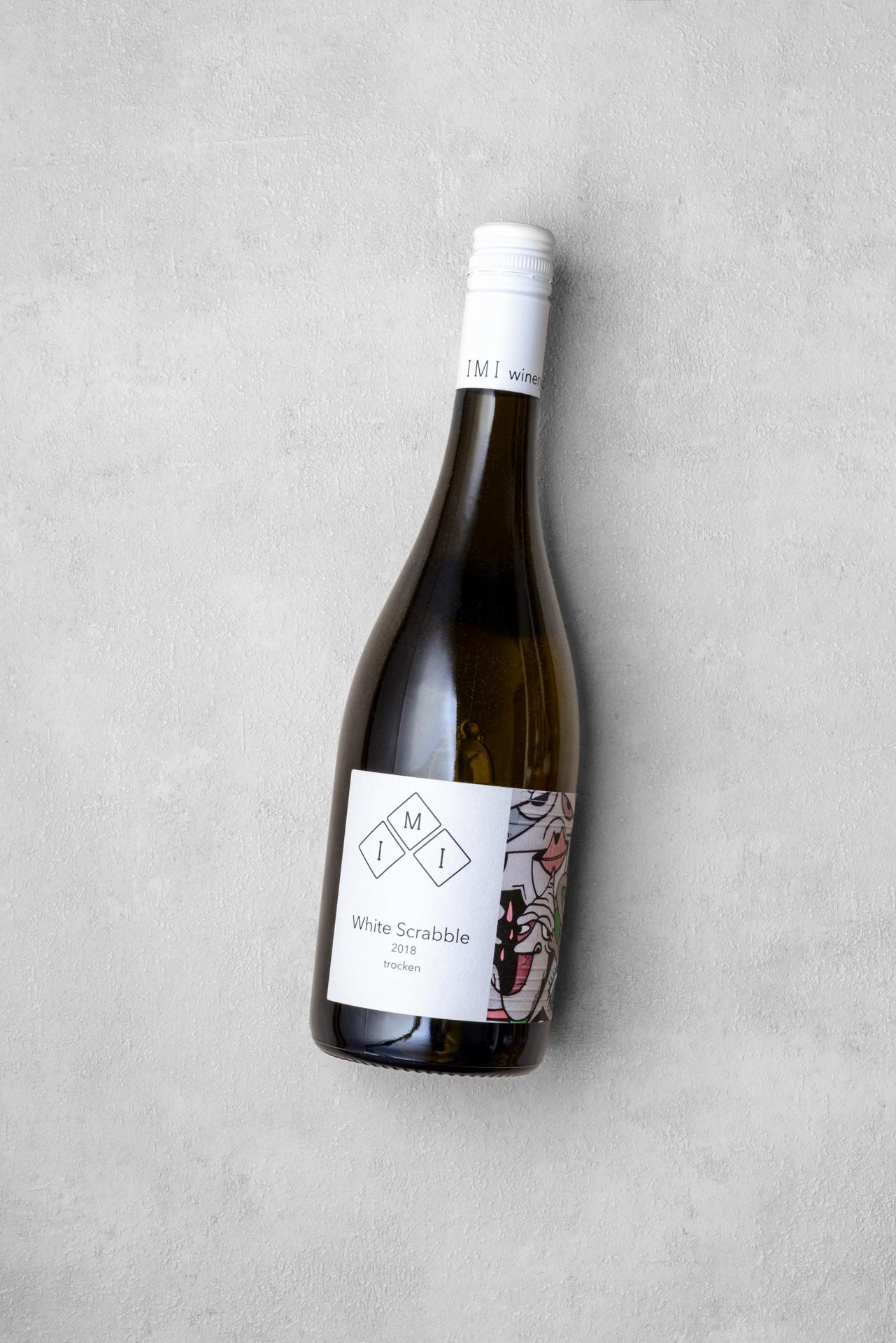 White Scrabble - ein trockener Weißwein mit Noten von Stein- und Zitrusfrüchten.