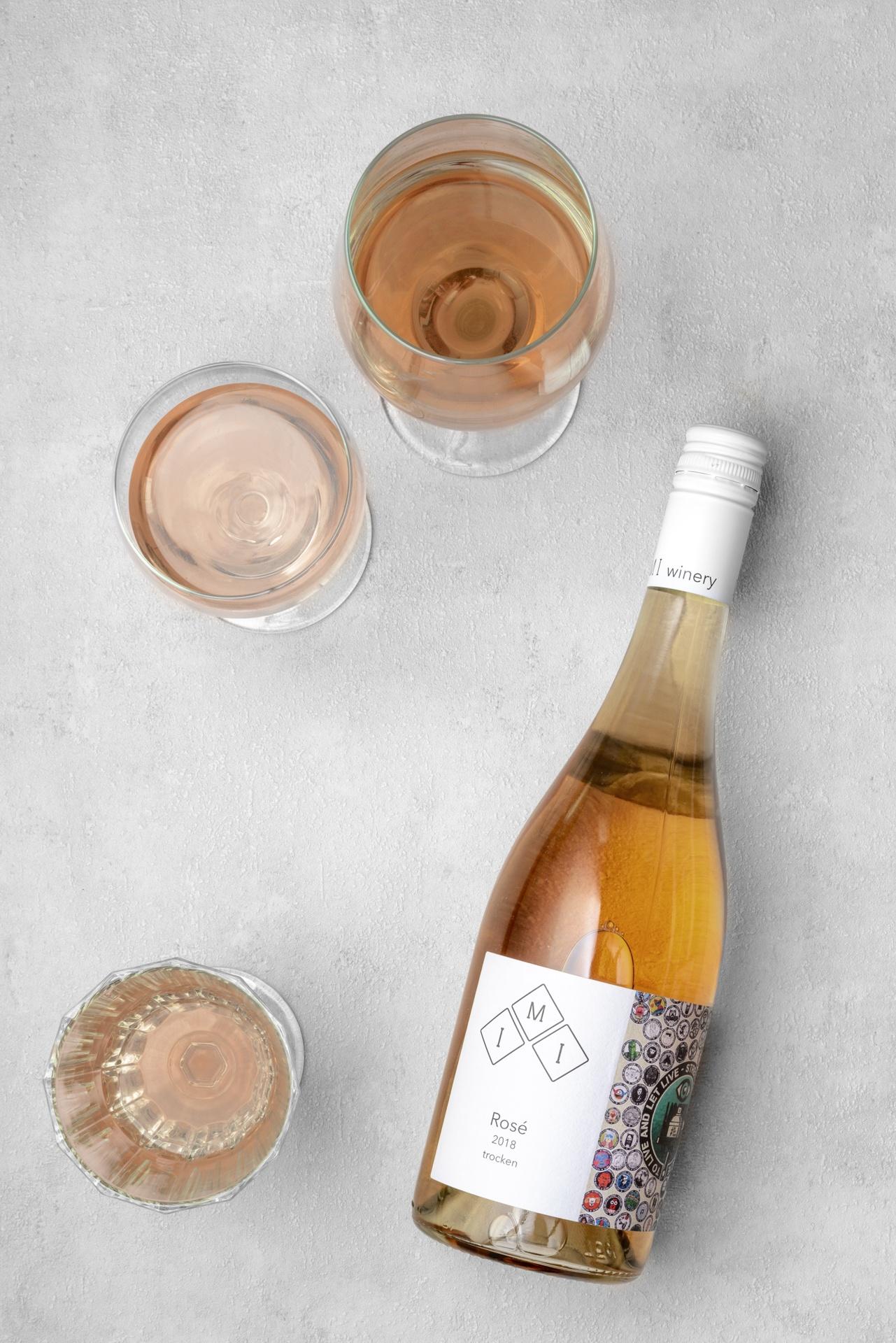 Eine Flasche feinherb Rosé