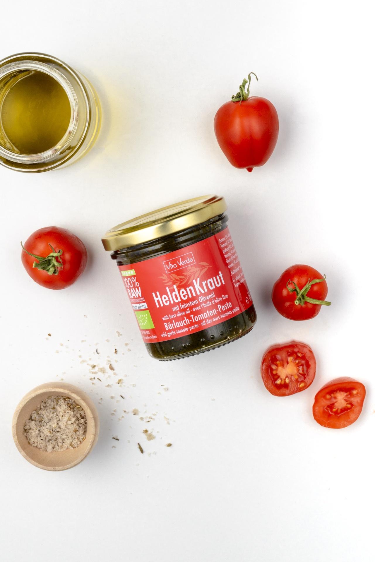 Ein Glas Bärlauch-Tomaten-Pesto mit feinem Olivenöl und frischen Tomaten