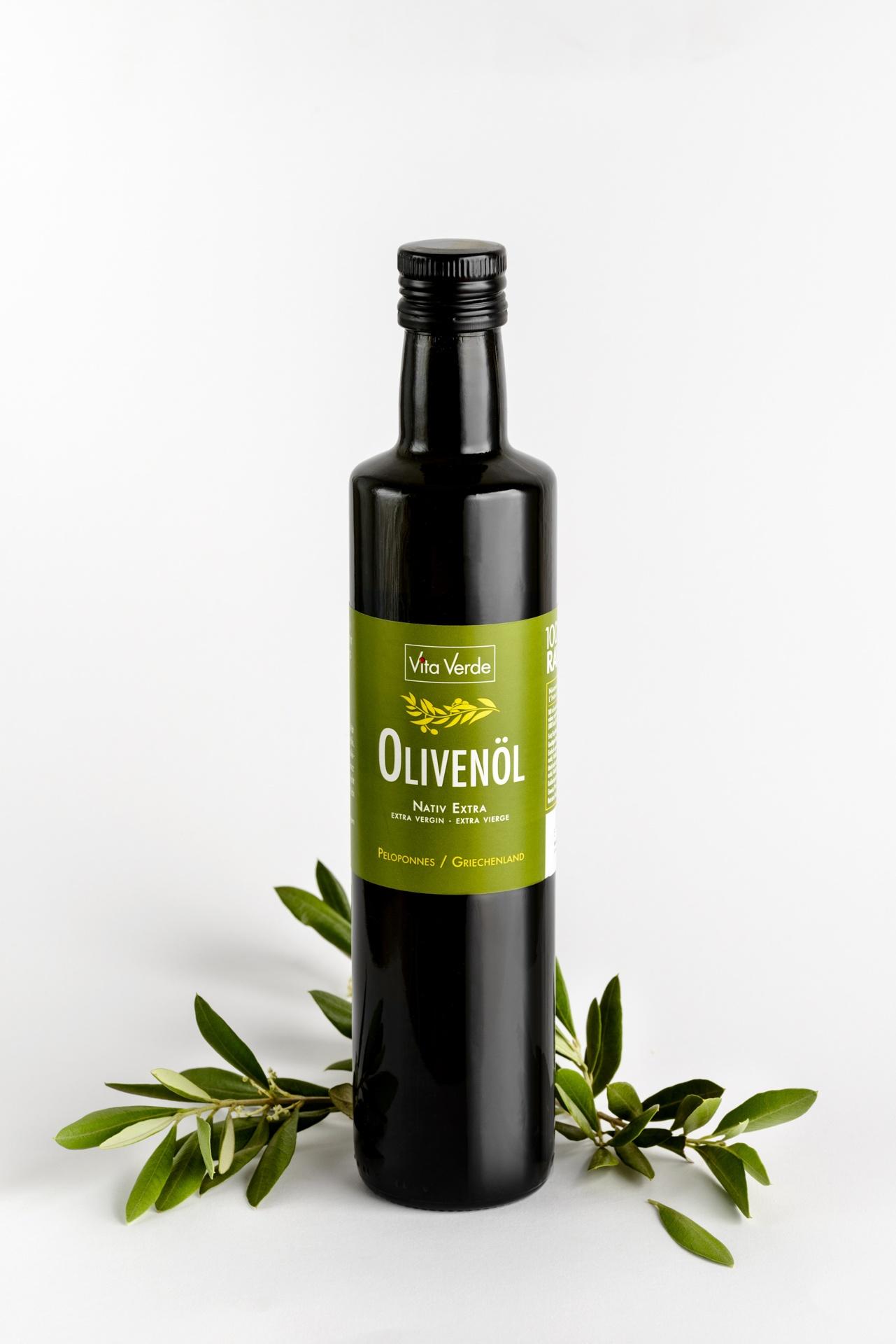 Eine Flasche Bio-Olivenöl. Leicht fruchtig, kaltgepresst.