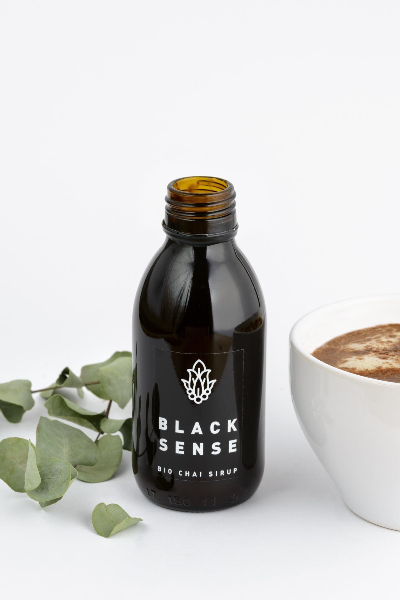 Bio Chai Sirup in einer schwarzen Flasche