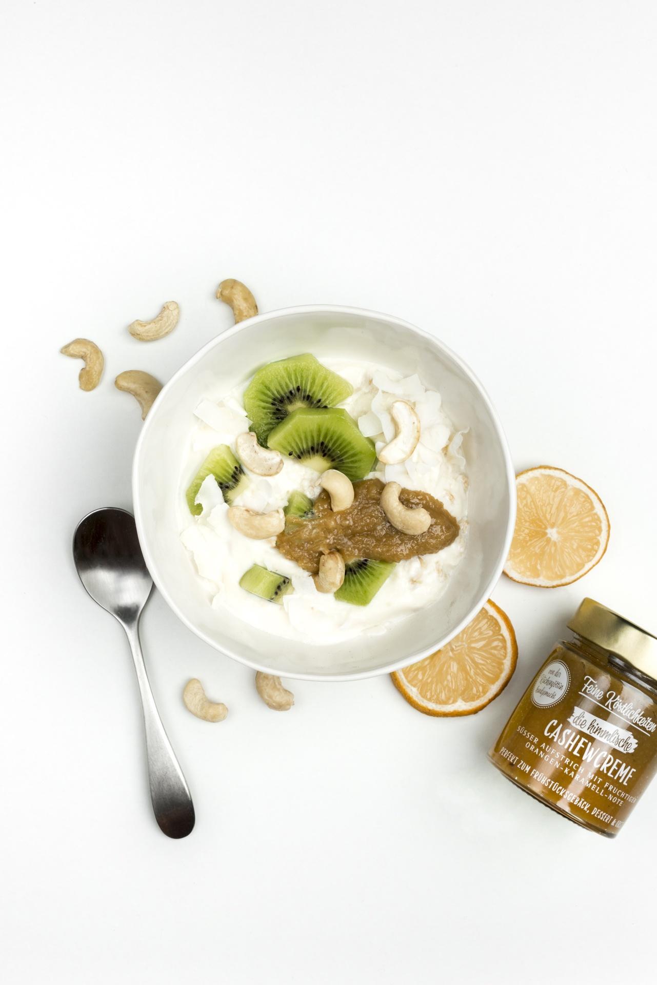 Ein Schüssel Joghurt mit Kiwi und Cashewcreme