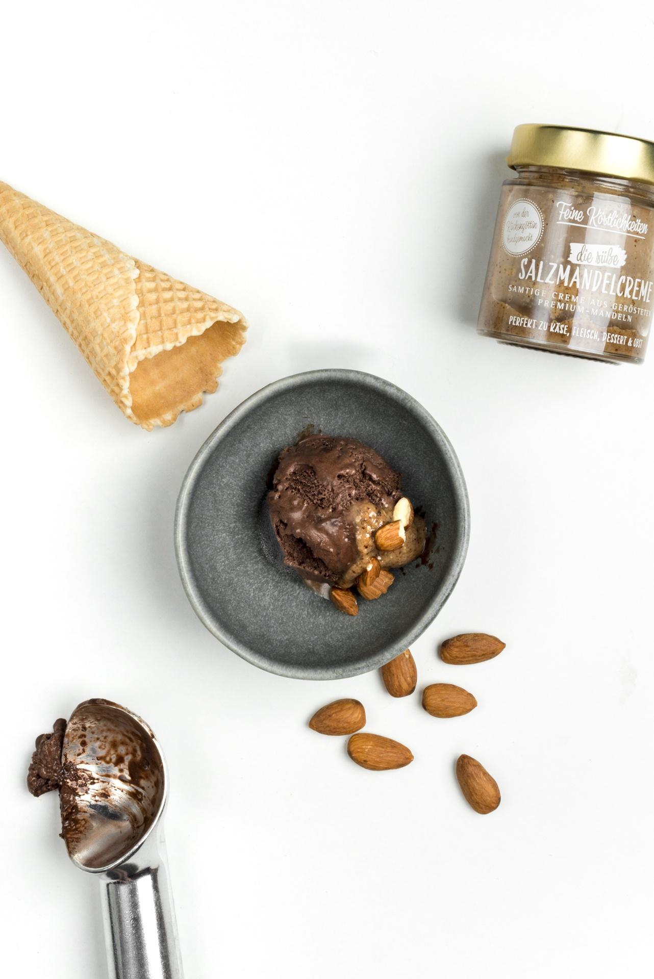 Ein Schüssel Schoko-Eis mit Salzmandelcreme