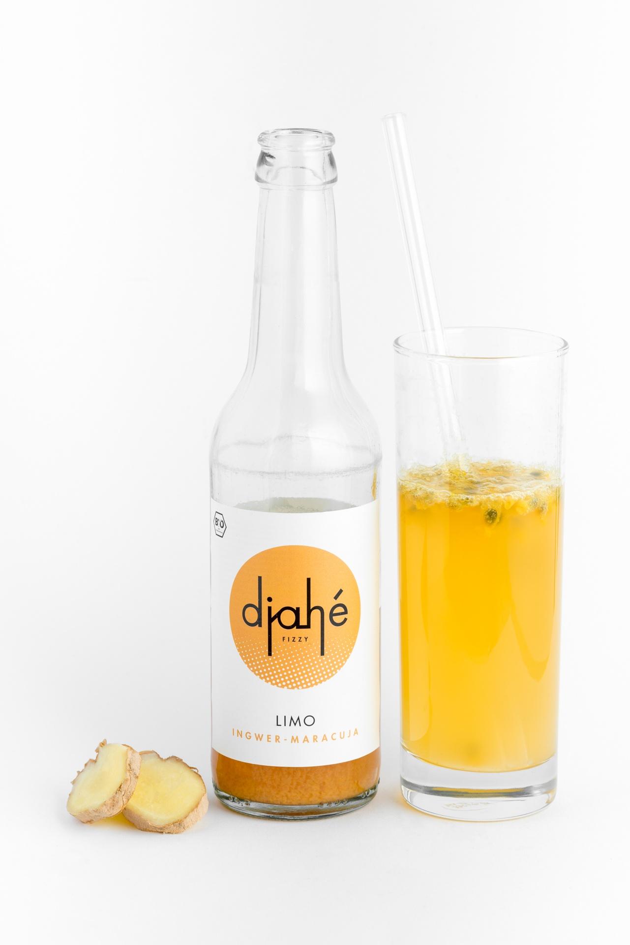 Eine Flasche Limonade aus Ingwersaft und Maracuja