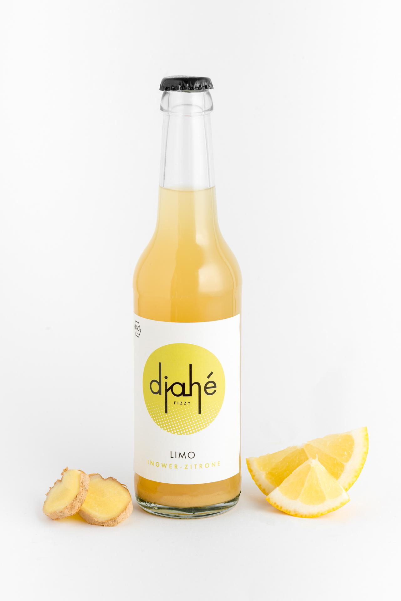 Eine Flasche Limonade aus Ingwer und Zitrone