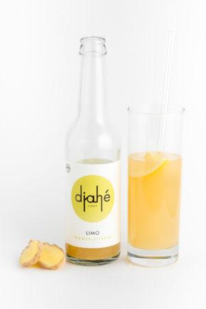 Eine Flasche und ein Glas Limonade aus Ingwer und Zitrone