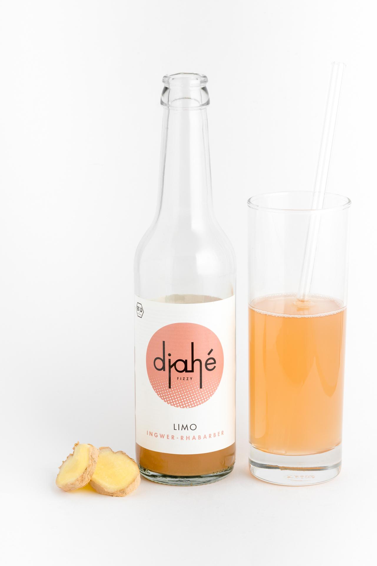 Eine Flasche und ein Glas Limonade aus Ingwer und Rhabarber
