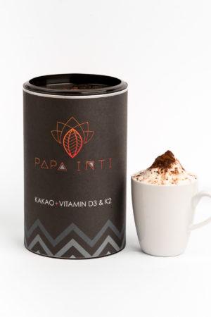 Eine Tasse Kakao mit Bio Rohkakaopulver und Kokosblütenzucker