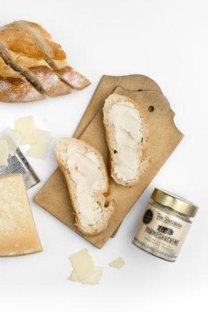 Feine Köstlichkeiten Parmesancreme Brot auf Brett
