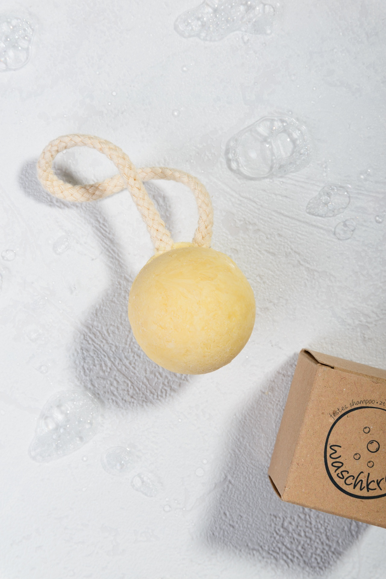 Natürlich festes Shampoo Zitronenmyrte Mandarine Shampookugel von Waschkram Produktfoto geöffnet