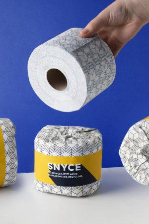 SNYCE Toilettenpapier Produktbild Rollen mit Hand